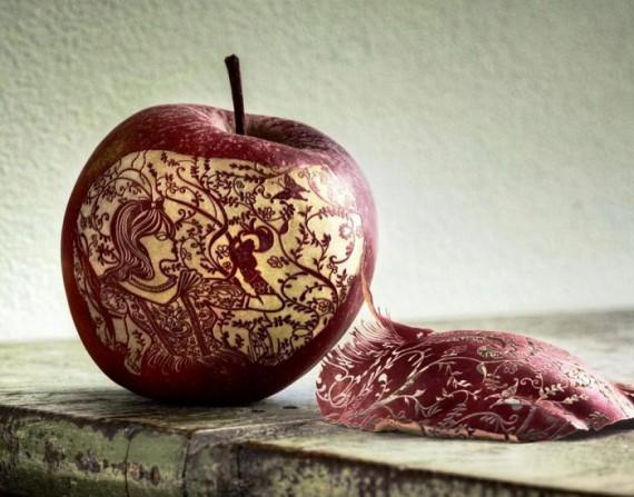 Невероятно тонкая работа — резьба по яблоку