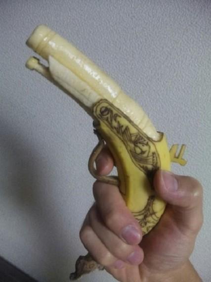 Кремневый пистолет, вырезанный из банана