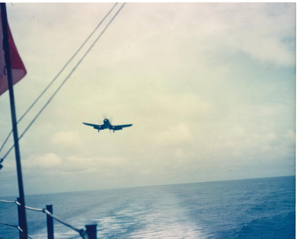 F4U-4CorsairaircraftofVMF-323isapproachingtolandontheUSSSicilyCVE-118inKoreanwaters