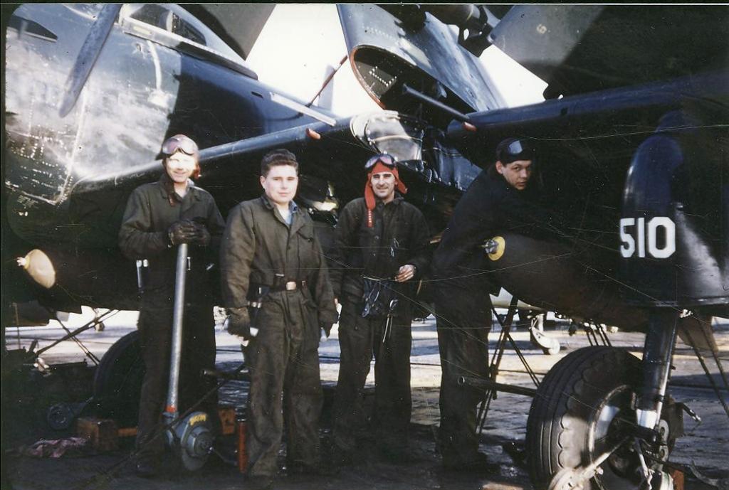 OrdnancemenassignedtoAttackSquadronVA728picturednexttosquadronaircraftoneofwhichhasa1000-lbbombloaded