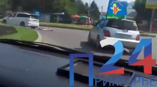 Ветераны ВДВ протащили за машиной флаг САСШ