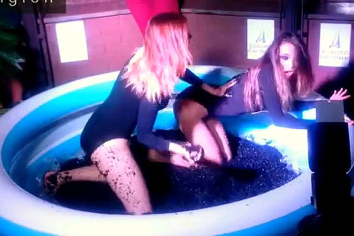 Модели в бассейне с черной икрой