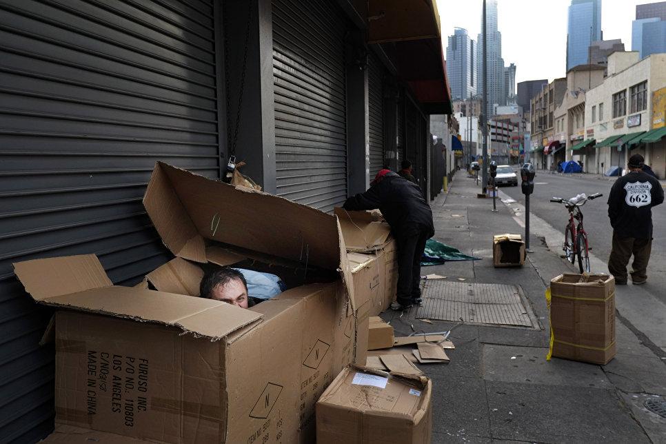 Бездомный в районе Скид Роу в Лос-Анджелесе