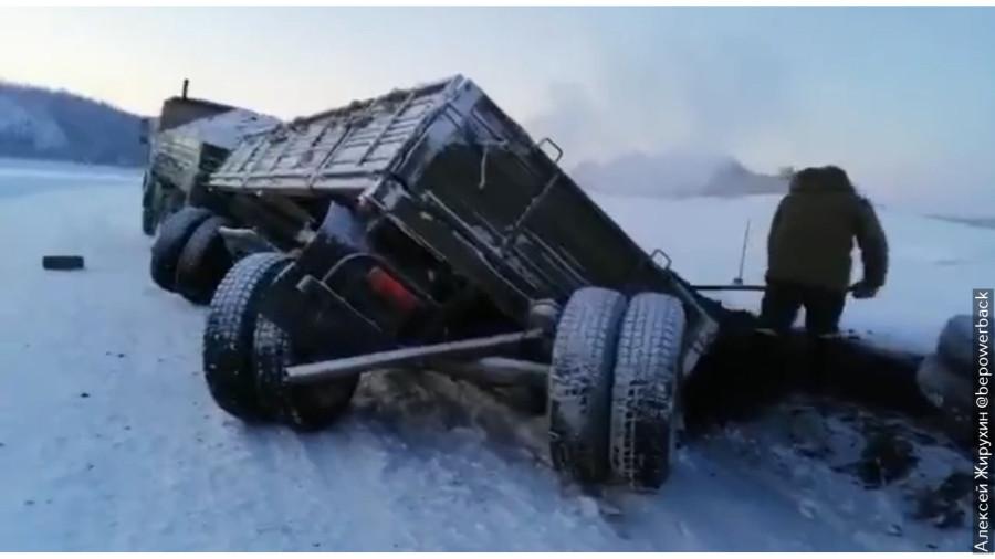 Как ломаются машины в мороз. Камазу оторвало ходовую в -60
