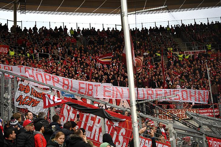 Болельщики «Баварии» с оскорбительными баннерами