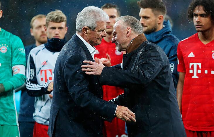 Дитмар Хопп (слева) и Карл-Хайнц Румменигге после окончания матча обнялись на глазах у всего стадиона