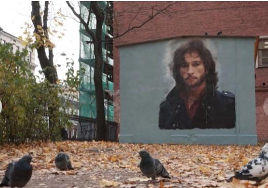 Коммунальщики хотели закрасить памятный портрет Игорю Талькову 3