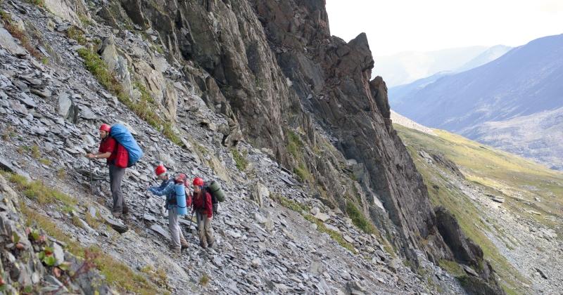 Дина, Маша и Андрей взбираются на перевал