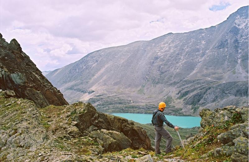 Леша на фоне озера Акчан