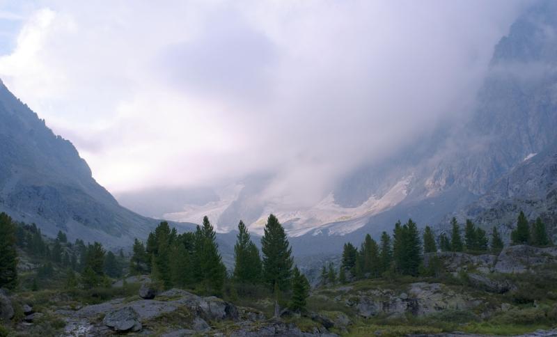 Утренняя облачность над ледниками Куйгука