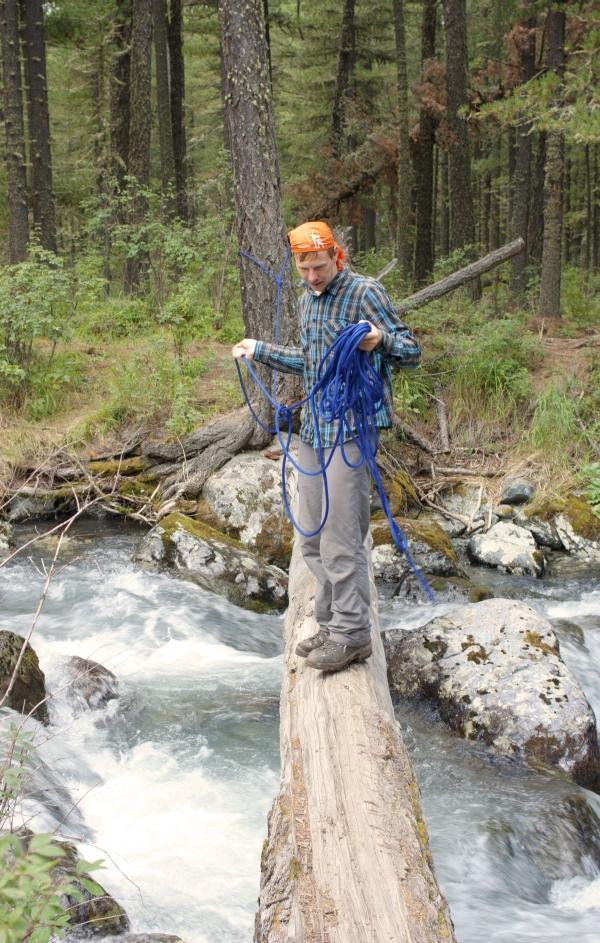 Леша навешивает веревку