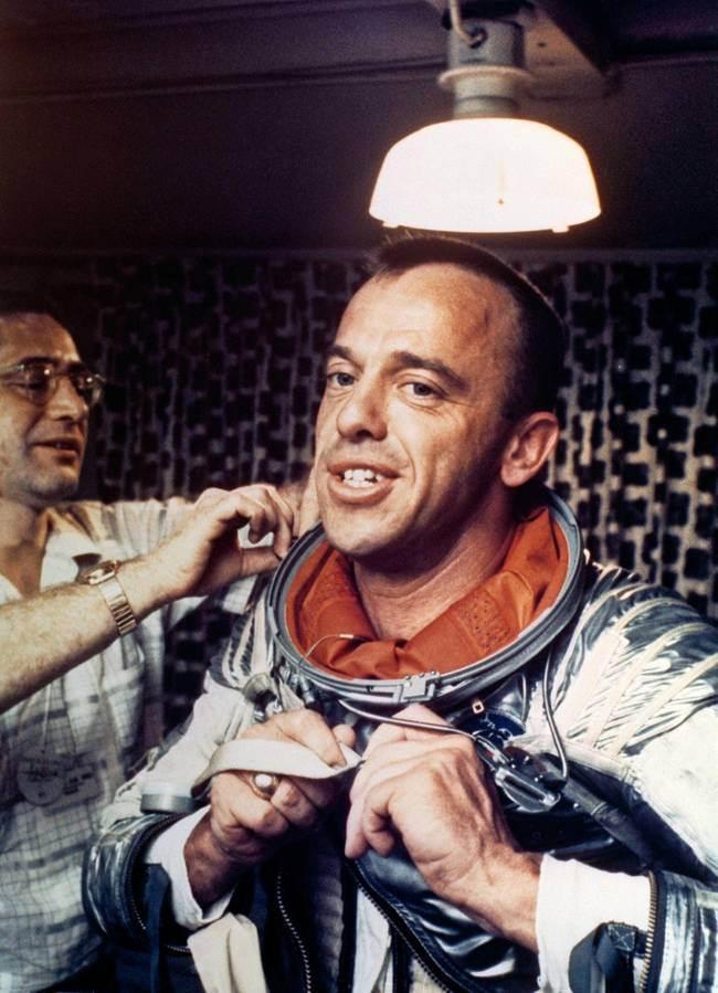 Алан-Бартлет-Шепард-–-первый-американец-в-космосе-надевает-скафандр-Navy-Mark-IV
