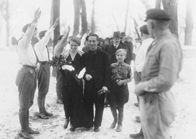 Гитлер-в-качестве-шафера-на-свадьбе-Йозефа-Геббельса