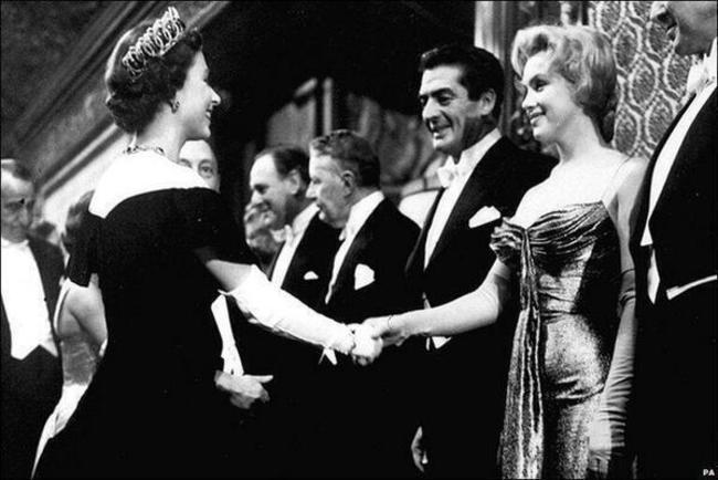 Мэрилин-Монро-и-королева-Елизавета-II-1956-год