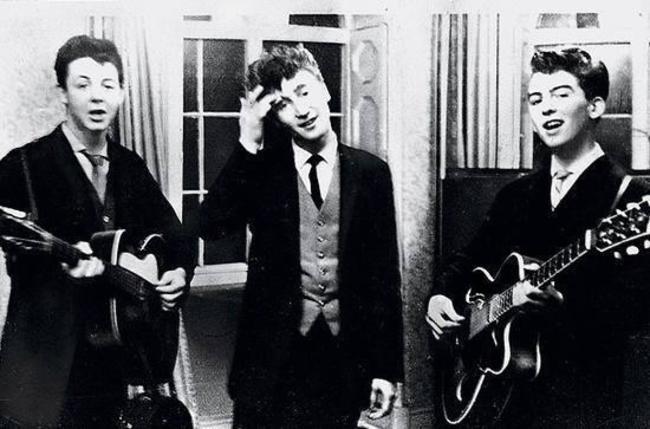 Пол-Маккартни-Джон-Леннон-и-Джордж-Харрисон-выступают-на-свадьбе-1958-год
