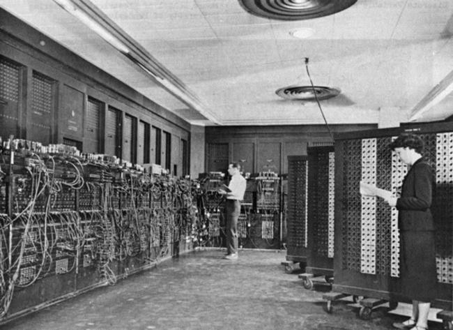 Построенный-в-США-ЭНИАК-Электронный-числовой-интегратор-и-вычислитель-–-один-из-первых-компьютеров