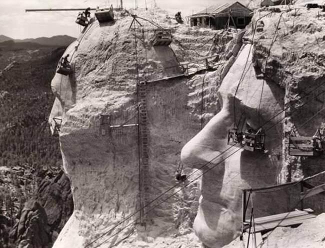 Строительство-барельефа-на-горе-Рашмор-1939-год