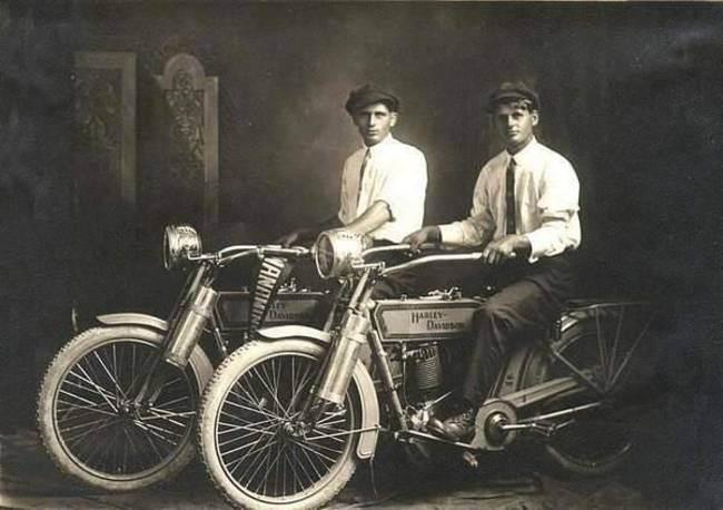 Уильям-Харли-и-Артур-Дэвидсон-1914-год-–-основатели-компании-Мотоциклы-Харли-Дэвидсон