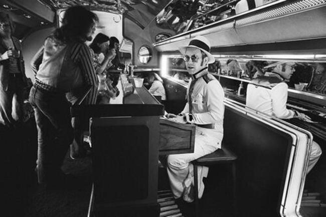 Элтон-Джон-за-пианино-баром-на-борту-его-личного-самолета-1976-год