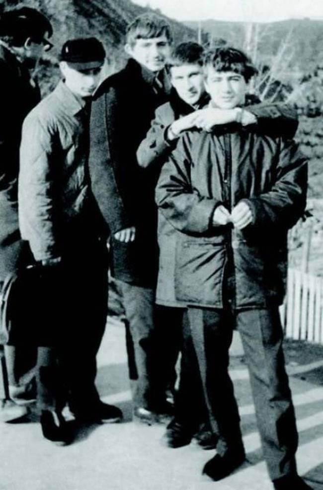 Юный-Владимир-Путин-второй-слева-в-кепке