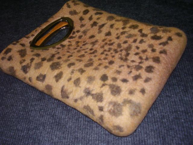 Мастер-класс по валянию сумки с леопардовым принтом и врезными ручками.
