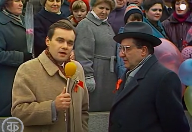 Дима Киселев с микрофоном. Пока только корреспондент. Пропагандонство впереди.