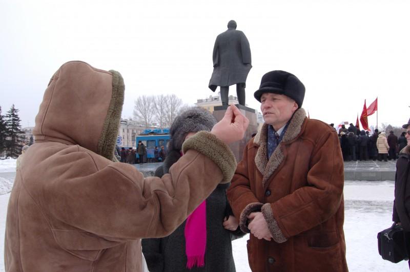 Чиновник Зырянов слушал жалобы народа о мизерной зарплате