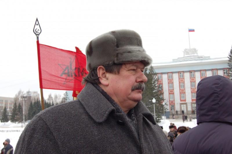 Начальник коммунистов Заполев смотрел вдаль и в никуда...