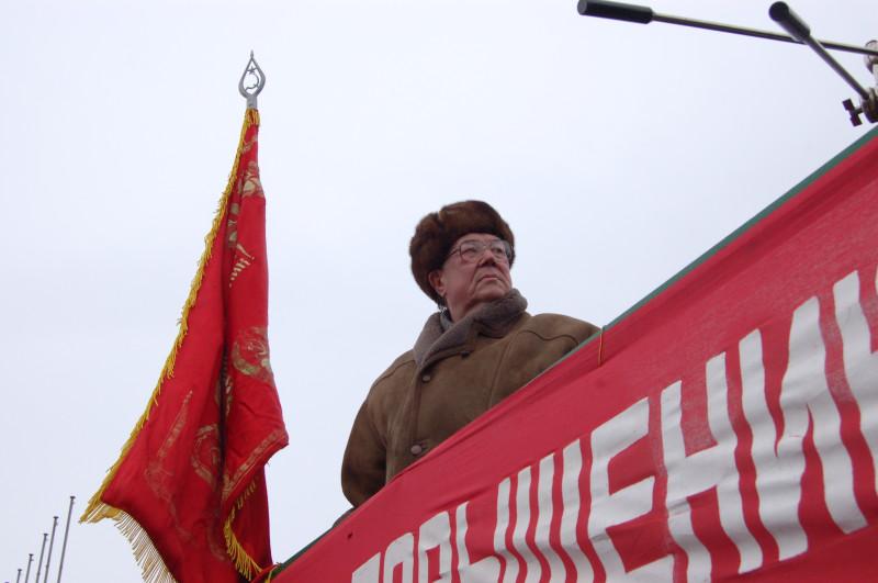 Коммунист Сафронов смотрел тоже в никуда