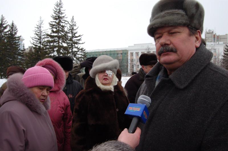 Заполев важно отвечал на вопросы журналистов