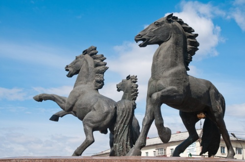Яйца коней скульптора Миронова пока останутся золотыми