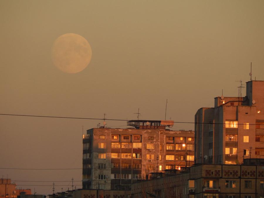 Луна против заката