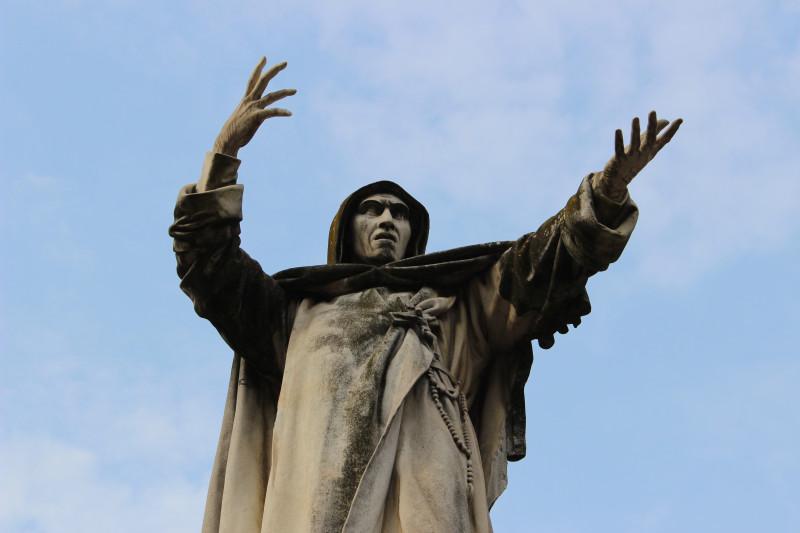 Памятник Савонароле в Ферраре. Фото мое.