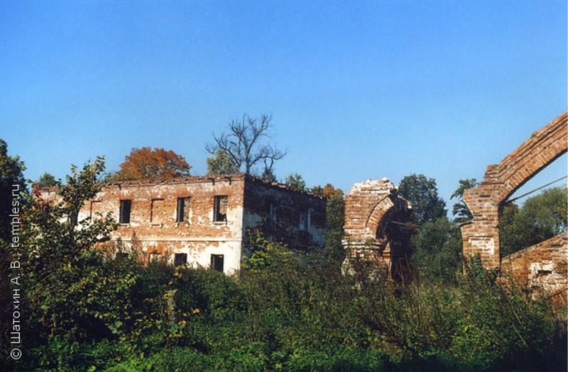 Вид руин странноприимного дома при церкви и останков центрального (западного) крыльца. Фотография взята с сайта temples.ru