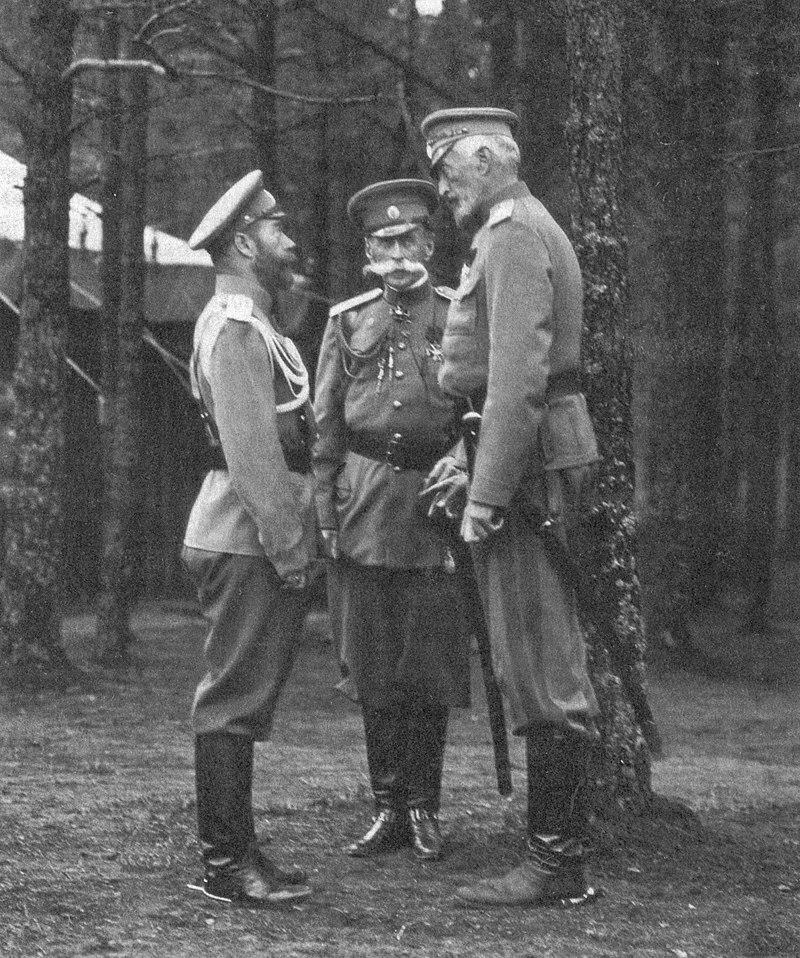 Великий князь Николай Николаевич (справа), император Николай Второй (слева), министр императорского двора граф В. Б. Фредерикс (в центре) в Ставке. Сентябрь 1914 года. Автор фотографии неизвестен.