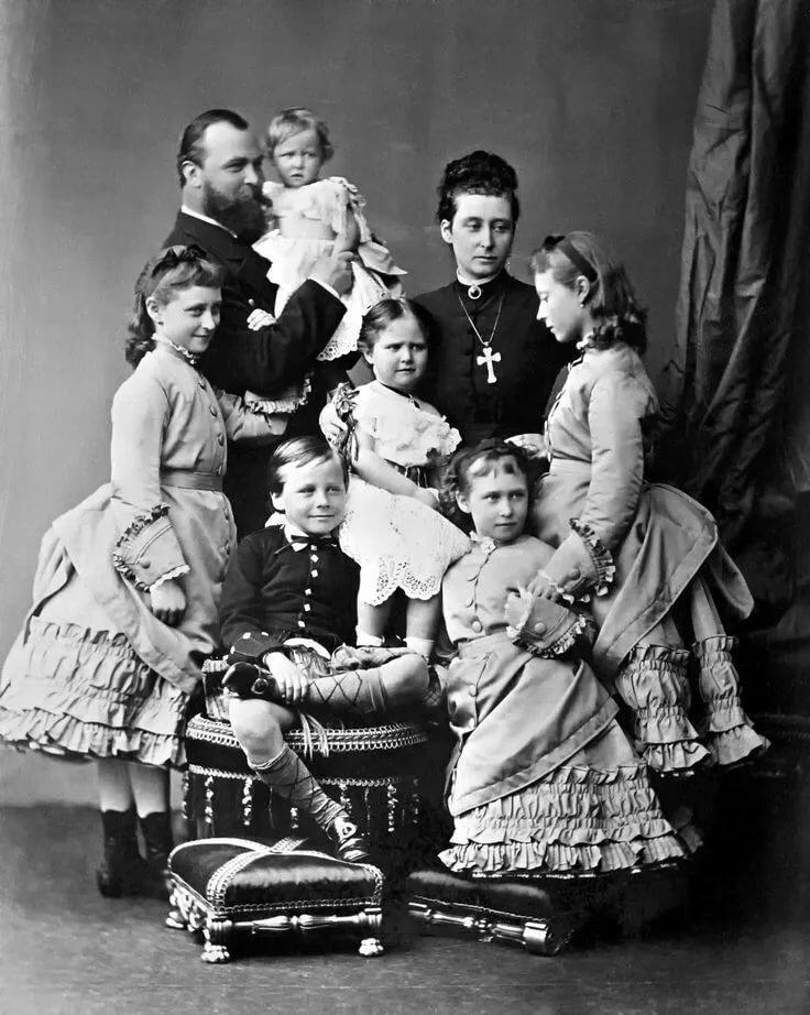 Фотография семьи великого герцога Гессенского и Рейнского Людовика VI и великой герцогини Алисы в 1876 году. Дети: верхний ряд -  стоит Элла, герцог держит Мари, мать обнимает Алису, стоит Виктория; нижний ряд - справа стоит Ирена, сидит сын Эрни.