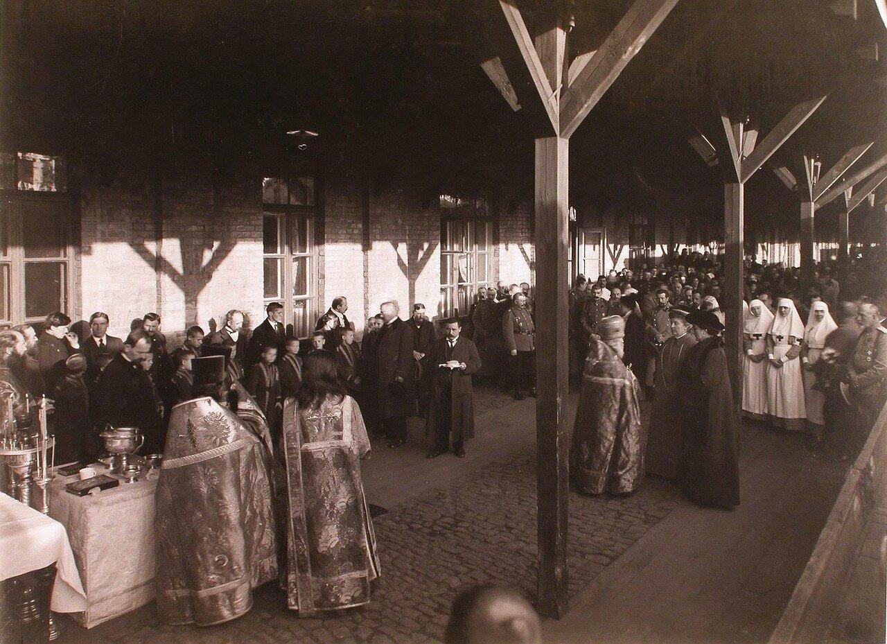 Участники молебна на перроне вокзала; справа-священник беседует с прибывшими для освящения подвижных питательных отрядов Красного Креста великими княгинями Анастасией Николаевной и Милицей Николаевной.