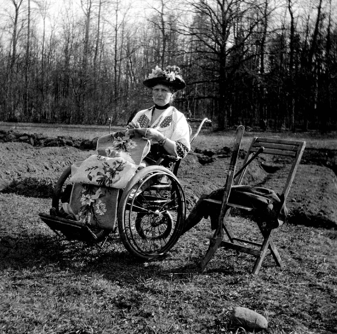 Всего императрица прожила 46 лет. Но уже за несколько лет до ее смерти на фотографиях, выполненных в 1910-е годы, она выглядела как пожилая женщина.