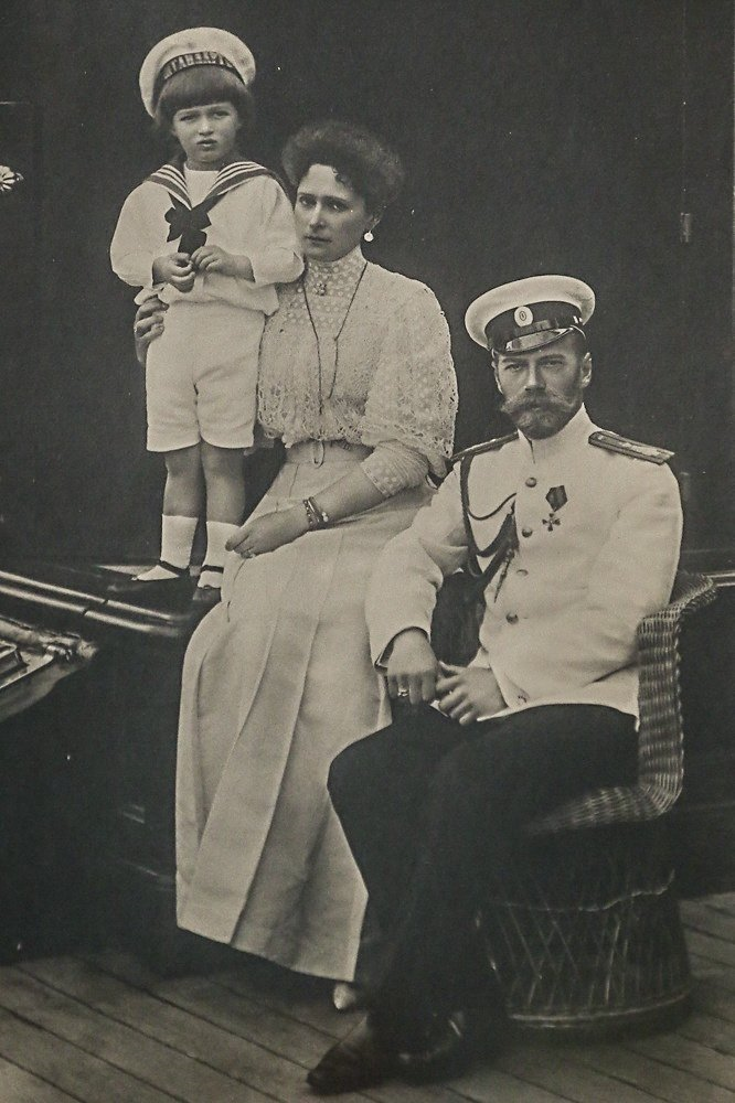 Император Николай II, императрица Александра Федоровна с цесаревичем Алексеем.