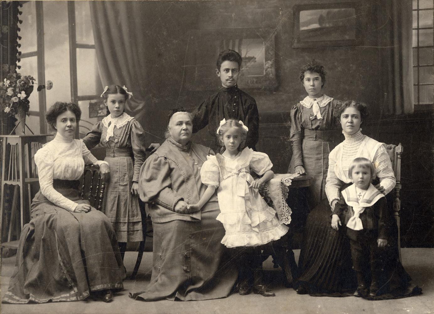 Групповой портрет семьи Зощенко. 1896.