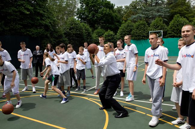 Президент США Барак Обама делает бросок в баскетбольную корзину во время встречи с молодыми россиянами на баскетбольной площадке во дворе Белого дома. 24 мая 2010 года. Фото: Пресс-служба Белого дома.