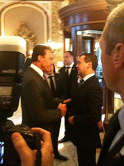 Губернатор Калифорнии Шварценеггер приветствует президента Медведева