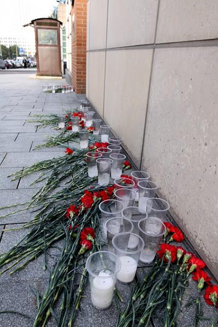 11 сентября. Цветы и свечи у входа в посольство.