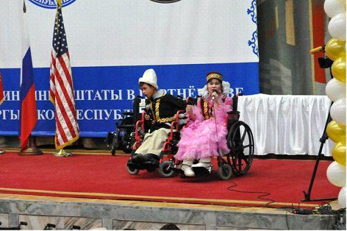 Церемония передачи 180 инвалидных колясок, предназначенных для детей-инвалидов Кыргызстана. Коляски были предоставлены США и Россией.