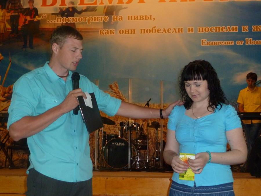 Молодёжный пастор Дмитрий молится на иных языках за служительницу церкви. Фото с сайта курганской Церкви Жатвы