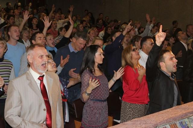 Собрание неопятидесятников. Фото с сайта www.k-istine.ru