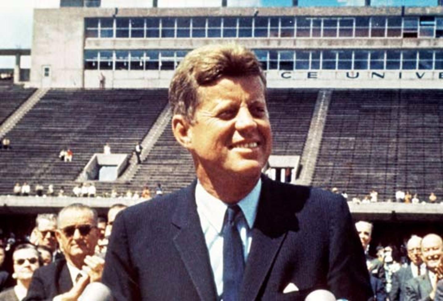Кеннеди улыбается