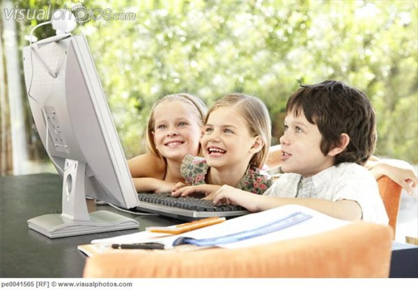 three_young_kids_using_a_computer_together_pe0041565