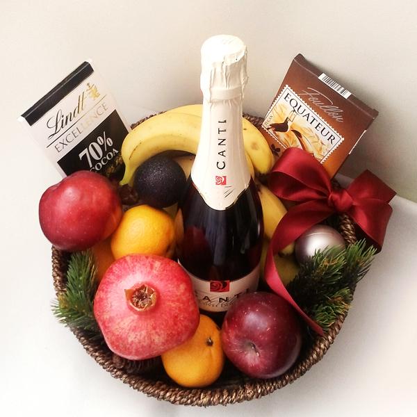 sunmag-2-podarochnaya-korzina-s-shampanskim-i-fruktami