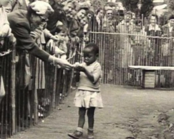 """Негритёнок-девочка в """"человеческом зоопарке""""."""
